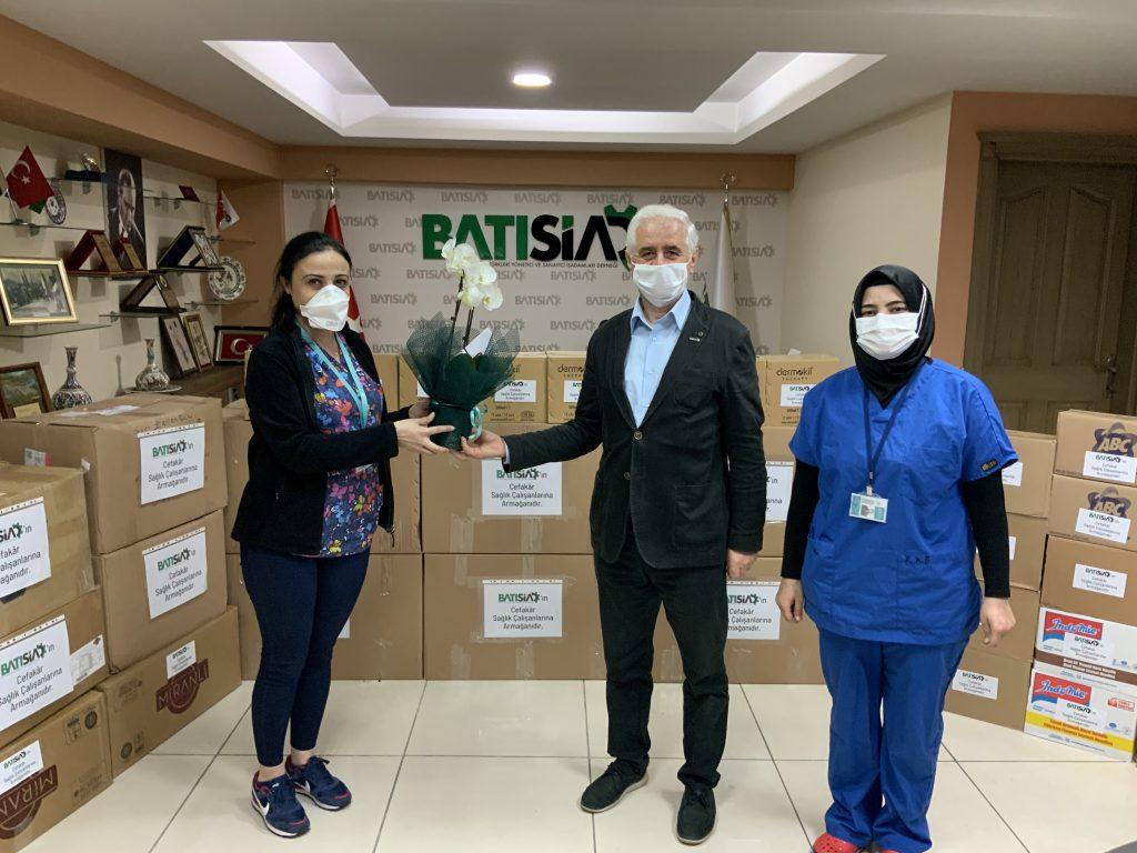 Destek kolilerimizi, Bursa Yüksek İhtisas Eğitim ve Araştırma Hastanesi yetkililerine teslim ettik.